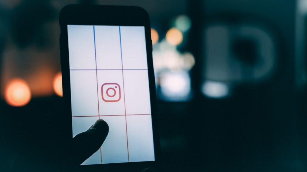 Instagram auf dem Smartphone im dunkeln, Geld verdienen mit Instagram