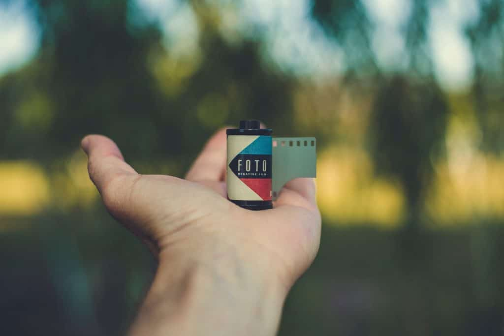 Mit Bildern Geld verdienen, Foto Film in der Hand